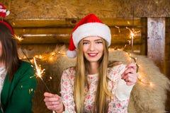 获得的女孩与火的乐趣在家庭党闪耀 免版税库存照片