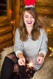 获得的女孩与火闪闪发光的乐趣 免版税图库摄影
