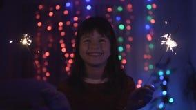 获得的女孩与闪烁发光物的乐趣 股票视频