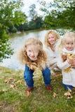 获得的女孩乐趣,当收集离开时 免版税库存照片