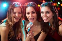 获得的女孩唱歌在党的乐趣 免版税库存图片