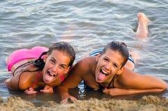 获得的女孩在海滩的乐趣 库存照片