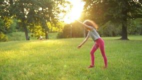 获得的女孩在绿草的乐趣,当做一个杂技轮子时 年轻运动的孩子真有一心情 影视素材