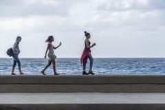 获得的女孩在Malecon的乐趣 免版税库存图片