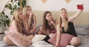获得的女睡袍的青少年的女孩采取selfie的乐趣使用手机照相机 股票录像