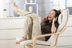 获得的妇女与耳机的乐趣 免版税库存照片
