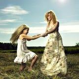 获得的妈妈和的女儿乐趣 图库摄影