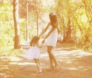 获得的妈妈和的孩子乐趣 免版税库存图片