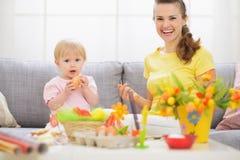 获得的婴孩和的母亲在复活节的乐趣 免版税库存照片