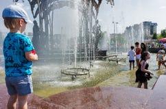 获得的孩子与喷泉射击的乐趣 库存照片