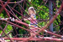 获得的孩子在校园操场的乐趣 库存图片