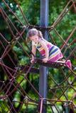 获得的孩子在校园操场的乐趣 免版税库存图片