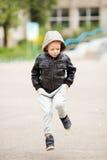 获得的孩子跳和乐趣户外 免版税图库摄影