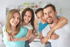 获得的家庭乐趣户内 免版税图库摄影