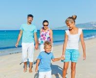 获得的家庭在海滩的乐趣 免版税库存照片
