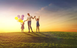 获得的家庭在自然的乐趣 免版税库存图片