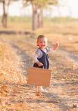 获得的小女孩乐趣在美好的秋天天 库存照片