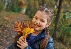 获得的小女孩美好的秋天的乐趣 免版税库存照片