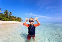 获得的小男孩在热带海滩的乐趣 库存图片