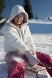获得的少妇与雪撬的乐趣 库存照片