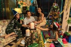 获得的朋友饮料和乐趣在圣诞节 图库摄影