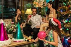 获得的朋友饮料和乐趣在圣诞节 免版税库存照片