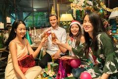 获得的朋友饮料和乐趣在圣诞节 库存图片