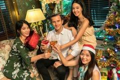 获得的朋友饮料和乐趣在圣诞节 免版税库存图片
