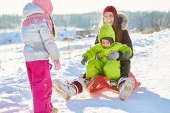 获得的母亲与孩子的乐趣 免版税库存照片