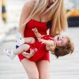 获得的母亲和的女儿乐趣外面在船坞 库存照片