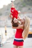 获得的母亲和的女儿乐趣外面在船坞 免版税库存图片