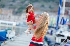 获得的母亲和的女儿乐趣外面在船坞 免版税图库摄影