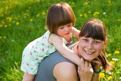 获得的母亲和的女儿乐趣 免版税库存图片