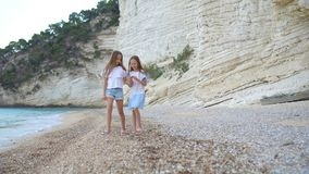 获得的海滩的活跃女孩很多乐趣 影视素材