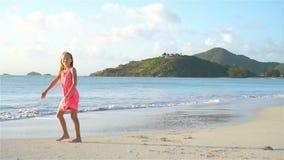 获得的海滩的活跃小女孩很多乐趣 做运动的锻炼的逗人喜爱的孩子在海滨 股票录像