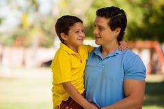 获得的父亲和的儿子一些乐趣 库存图片