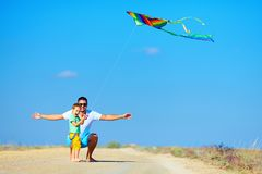 获得的父亲和的儿子乐趣,一起使用与风筝 免版税库存图片