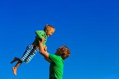 获得的父亲和的儿子在天空的乐趣 图库摄影