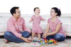 获得的父母与女儿的乐趣演播室的 库存图片