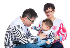 获得的父母与小儿子的乐趣 免版税图库摄影