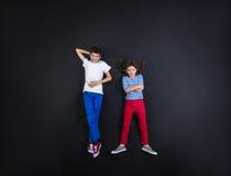 获得的男孩和的女孩乐趣一起 免版税库存照片