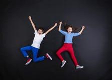获得的男孩和的女孩乐趣一起 免版税图库摄影