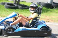 获得的男孩在去推车的乐趣 夏季 库存照片