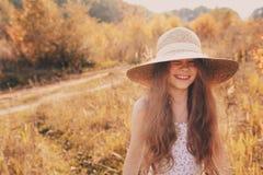 获得的秸杆的愉快的孩子女孩室外的乐趣 免版税图库摄影