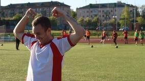 获得的足球运动员是愉快的和乐趣 股票录像