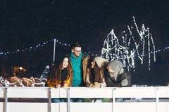 获得的青年人乐趣在一个冬天晚上 图库摄影