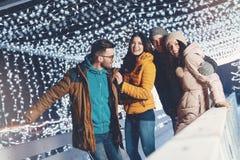 获得的青年人乐趣在一个冬天晚上 免版税库存图片