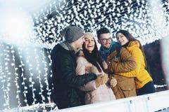 获得的青年人乐趣在一个冬天晚上 库存照片