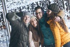 获得的青年人乐趣在一个冬天晚上 免版税图库摄影