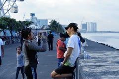 获得的青年人乐趣,图片的姿势在街道上跑的颜色马尼拉闪烁 活动公共 图库摄影